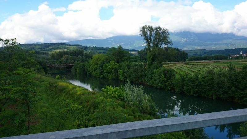 nasip-na-desnem-bregu-vipave-od-cestnega-mostu-draga-proti-zelezniskemu-mostu-v-prvacini_1409-800x450